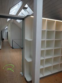Büro-Regal in weiß u. anthrazit als Raumtrenner mit Glasschiebtür, indirekte Beleuchtung in Passleiste