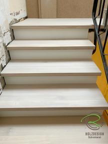 Treppensanierung von Schreinerei Holzdesign Ralf Rapp in Geisingen mit weißen Stellbretter u. Eiche Massivholztreppenstufen, Holztreppe renoviert, Treppenrenovierung Betontreppe frei gelegt, Holztreppe renovieren, Treppensanierung einer Betontreppe
