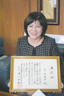 中山市長に表彰を報告する翁長理事長=30日午後、市役所