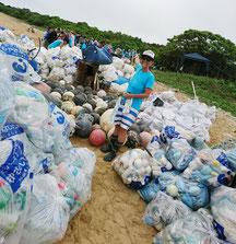 おびただしい漂流ゴミが流れ着いた平野海岸(3月4日)。一度で対応できず翌5日にも作業を行った(平久保灯台近く、提供写真)