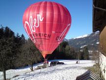 Es passiert immer wieder dass ein Ballon direkt bei uns am Biohof Haus Wieser landet. Da kann man gut beobachten wieviel Arbeit hinter so einer Ballonfahrt steckt.