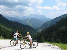 Radtour von zu Haus zur Rinnbergalm (über Tabor und Turnaualm) Ausblick auf Rußbach Hornspitz (Schirgion Dachstein West) und Gosaukamm