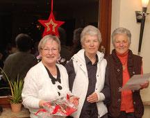 Als Abschiedsgeschenk der Gymnastikgruppe  überreichte der Festausschuss, lks. Heidrun Baumann und Edith Busch, einen Gutschein für 2 Personen zum Besuch eines Theaters.