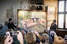 Maler Kasper Eistrups und der dänische Kronprinzen Frederik vor dem neuen Porträt des Thronfolgers. Foto: PR/Mew/Det Nationalhistoriske Museum på Frederiksborg Slot