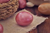 Œuf de Pâques teint en rouge.