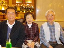 右から宮城谷昌光さん、宮城谷さんの奥さま、原田。...ちなみに、いったん競馬から離れていた宮城谷さんに再び火をつけ、奥さままで引きずり込んでしまったのは、何をかくそうワタクシです(笑)。