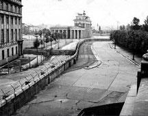 Vue du mur de Berlin au niveau de la porte de Brandebourg, 1962