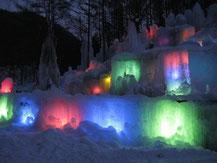氷の中からライトが光る