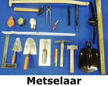 metselaarsset met o.a. troffel, tangen, bats, hamers, meetgerei, voegspijker.