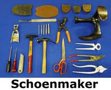 schoenmakersset met o.a. leest, diverse hamers, schroevendraaiers, stanleymes, tangen