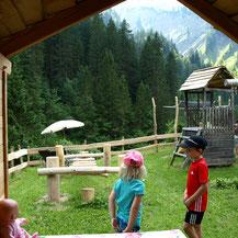 Spielwiese mit Puppenhaus oder Holzponystall