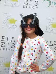 Kindergeburtstag Schmuck Workshop  Mädchen vor Fotowand bei Fotoshooting ELA EIS Kindergeburtstag Indoor Düsseldorf für Mädchen
