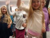 Kindergeburtstag Schmuck Workshop  Kinder beim Fotoshooting Kindergeburtstag Indoor Düsseldorf für Mädchen