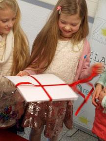 Kindergeburtstag Düsseldorf Mädchen packt Geschenk aus
