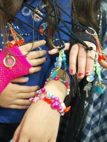 Kindergeburtstag Düsseldorf Mädchen zeigen Schmuck aus Workshop