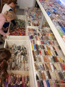 Kindergeburtstag Schmuck Workshop Perlen im Perlenladen ELA EIS DüsseldorfKindergeburtstag Indoor Düsseldorf für Mädchen