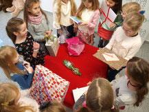 Kinder packen Geburtstag Geschenke aus Kindergeburtstag Indoor Düsseldorf für Mädchen