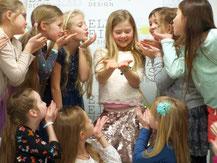 Kindergeburtstag Schmuck Workshop  Gruppenfotoshooting mit Mädchen vor Fotowand Kindergeburtstag Indoor Düsseldorf für Mädchen