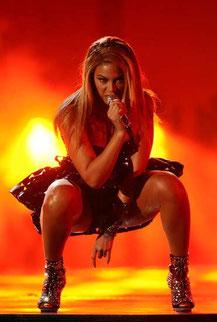 L'artiste états-unienne Beyoncé simule sur scène l'accouchement de l'Antechrist.
