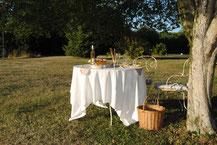 Der Tisch hinter Prélude unter dem großen Buchsbaum