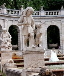 Steinfigur  Märchenbrunnen: der gestiefelte Kater. Foto: Helga Karl