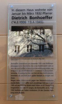 Gedenktafel am Haus Oderberger Strasse 61 in Berlin, in dem Dietrich Bonhoeffer 1932 wohnte, enthüllt 9.4.2015. Foto: Helga Karl