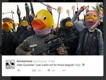 änner mit Entengesichtern und Klobürsten. Aktion von Anonymous. Screenshot Helga Karl 4.12.205