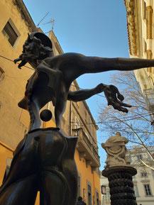 Скульптура Ньютона. Дали.