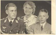 Pilot Günther Barfuß mit Mutter und Bruder