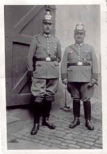 Dorfpolizisten (Eccard u.Kirchner) auf dem Kontrollgang im Mahlberghof, ca. 1938