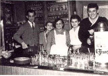 Familie Müllerhinter der Theke,ca. 1960