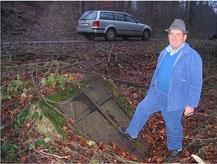 Erich Kühn vor dem Quell-Schacht in dem das Wasser der drei Quellen zusammengeführt wurde