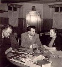 Hans Henkenschuh und dei Wirtsleute in der Gaststube, ca. 1947