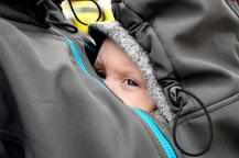 Bild getragenes Baby in einer Tragejacke