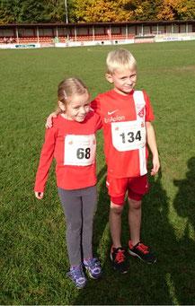 Die beiden siegreichen Läufer der G-Junioren des SV Schermbeck. Esther Herrschaft und Liam Schrader.