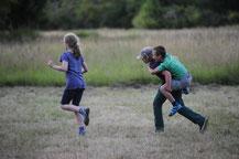 Kinder spielen in der Natur - Sommercamp Wildnisschule Habichtswald