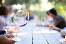 Table sur les marchés verres de vin à la main