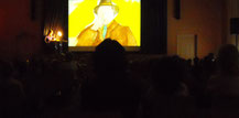 Lesung in einem großen Saal mit Bühne