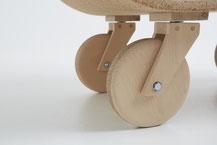 projet design,Détail d'une roulette en bois de hêtre et liège.CCL ébéniste