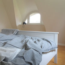 Schlafen unter Reetdach mit Gaube