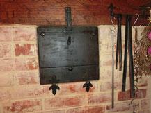 ●燻製庫です。暖炉の左上にあり、暖炉の燃料となるリンゴの木で燻されます