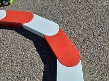 rote und weiße Randsteine für RC Modellrennstrecke