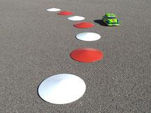 runde rote und weiße Curbs für RC Modellrennstrecke