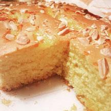 Torta con mandorle e marmellata albicocche