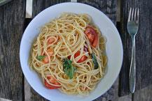 Lauwarme Nudeln mit frischen Tomaten