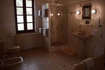 De privé badkamer van Iris met bad, douche, bidet en toilet