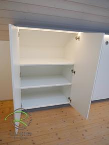 Aktenschrank nach Maß geöffnet, mit Drehtüren u. Einlegeböden, angepasst in  Dachnische in weiß & anthrazit, mit indirekter Beleuchtung
