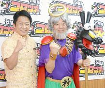 コロツアースペシャルのPRを行う「ムラ神さま」に扮した村上編集長(右)と中山市長=22日午後、石垣市役所