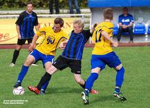 Germanias Oliver Kosmis behauptet den Ball gegen Borussia-Routinier Ralf Schüdde.