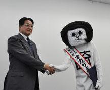 内田康宏市長から委嘱状を受け取って握手するオカザえもん=岡崎市役所で